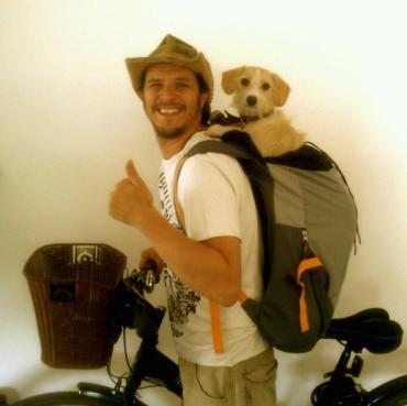 Ciclista urbano de Curitiba com seu cãopanheiro Toby.